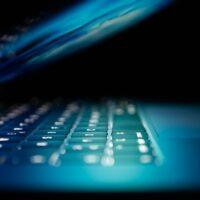 Halvöppen laptop